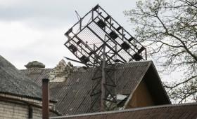 Stiprus vėjas Vilniuje: metalinis bokštas užvirto ant gyvenamojo namo